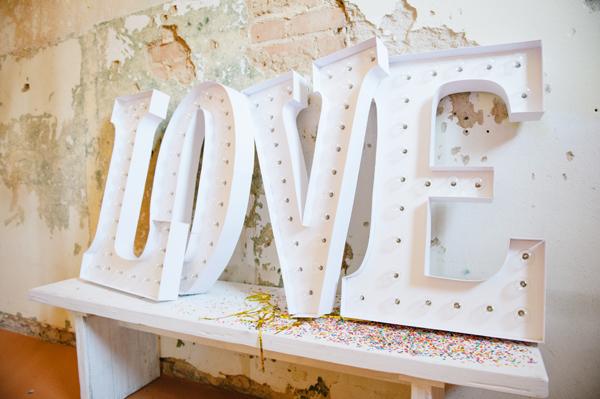 cartel de love en blanco para boda