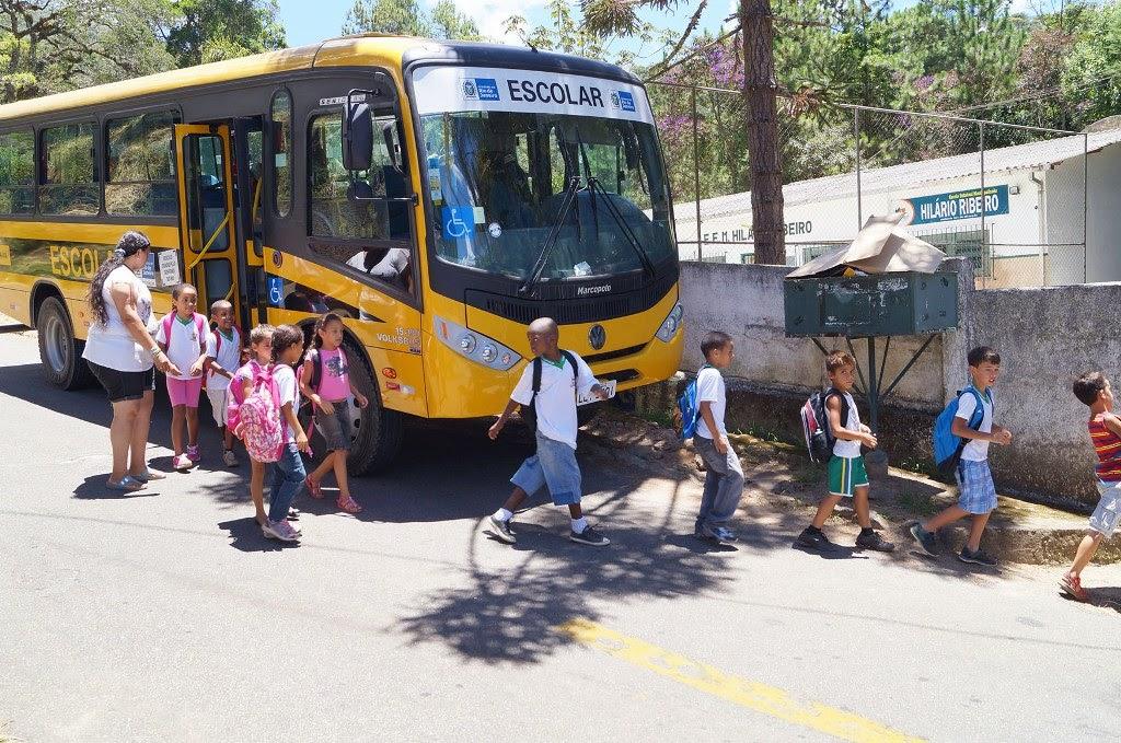 Alunos do Jardim Serrano são atendidos pelo transporte para a Escola Municipal Hilário Ribeiro, no Quebra Frascos.