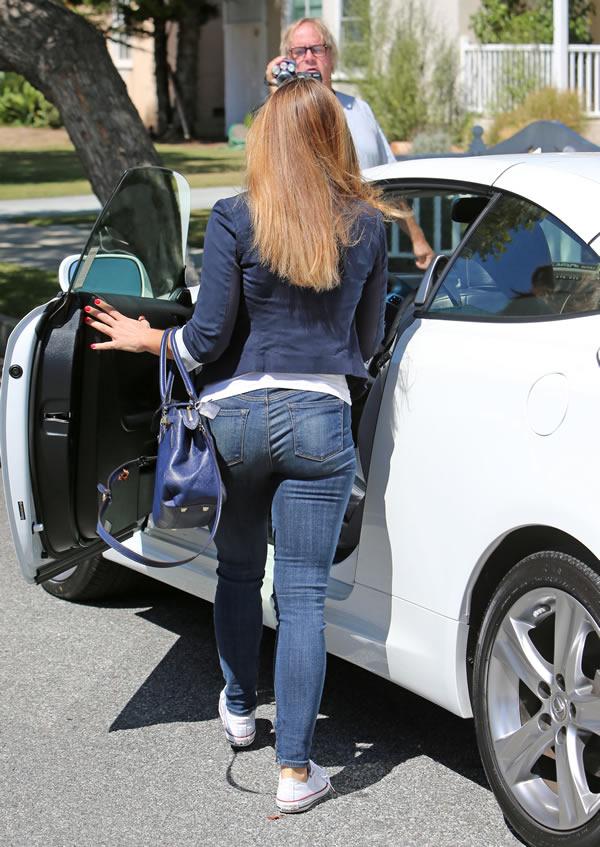 A babá sedutora Christine Ouzowhatever agora tem um Lexus novinhoooo