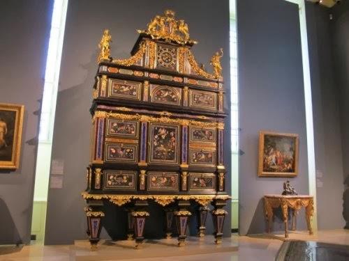 Старинный шкаф XVIII века Бадминтон