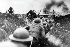 Soldados británicos en las trincheras, durante la batalla de Somme, en 1916.-