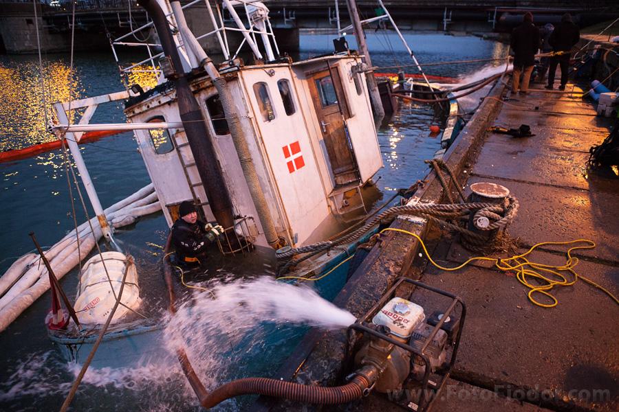 Помпы откачивают воду из затонувшего корабля