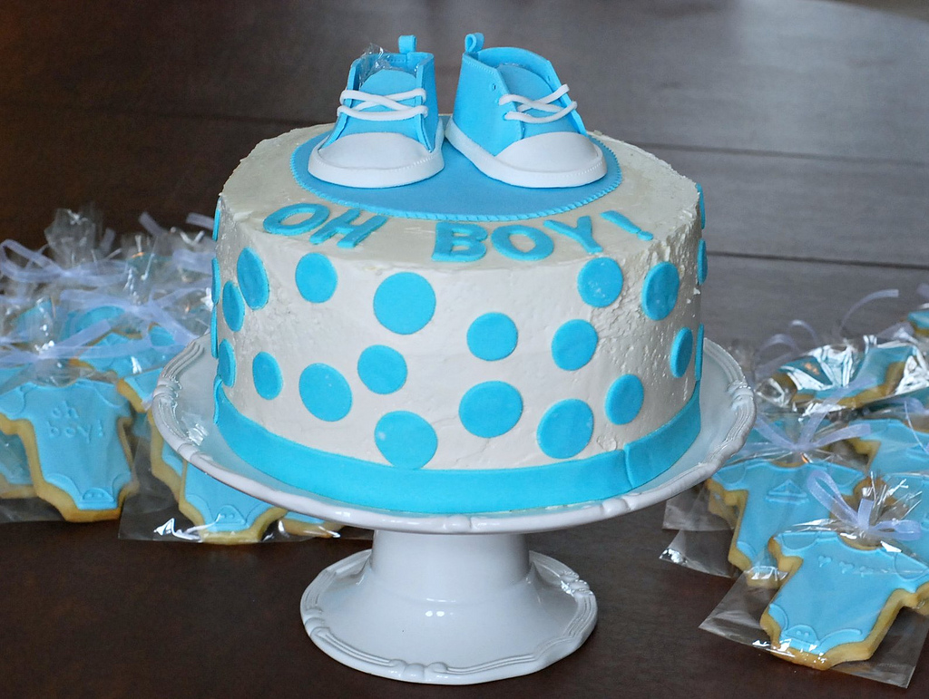 Marzipan baby converse cake for Baby shower decoration ideas for boys