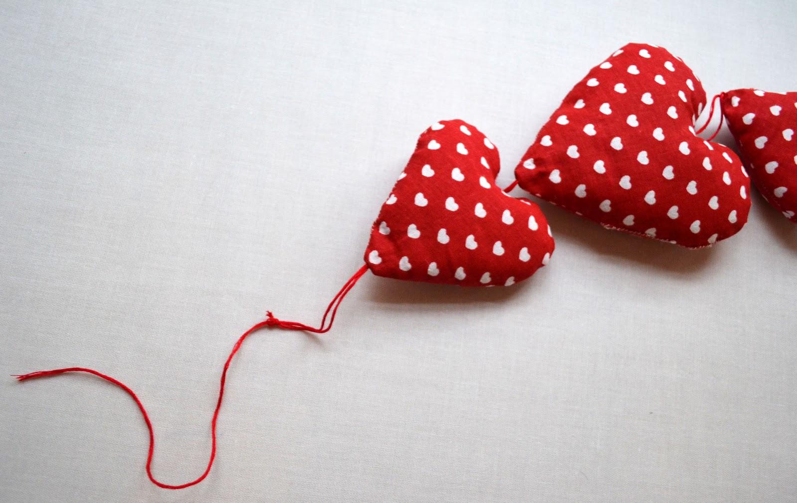 Des+petits+coeurs+en+tissu+DIY+%C3%A0+suspendre+11
