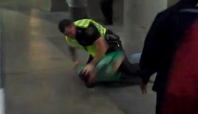 policia golpea la cabeza de hincha mexicano