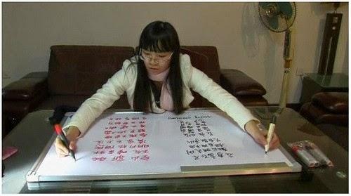 Dua Tangan Wanita Ini Mampu Menulis Dua Bahasa Berbeza Dalam Satu Masa