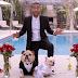 Τραγουδώντας στον γάμο των σκύλων του...