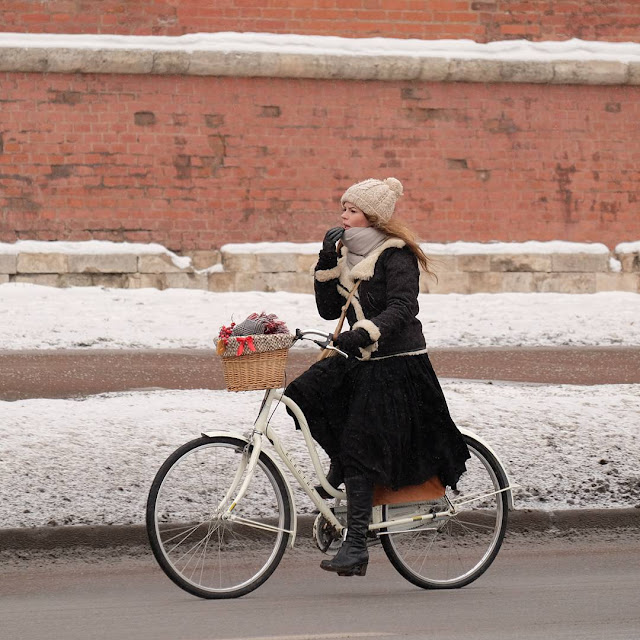 девушка на велосипеде зимой girl on bike in winter