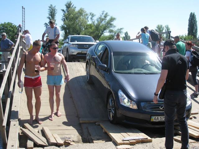 автомобили на понтонном мосту