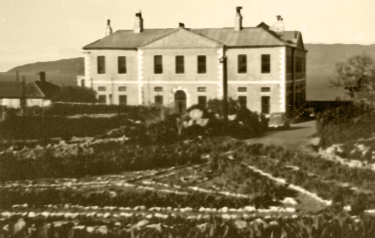 Delightful Bleak House And Garden ( 2oth Century )