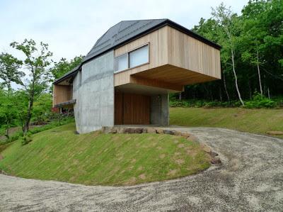 Fachada de casa elevada del suelo dos metros