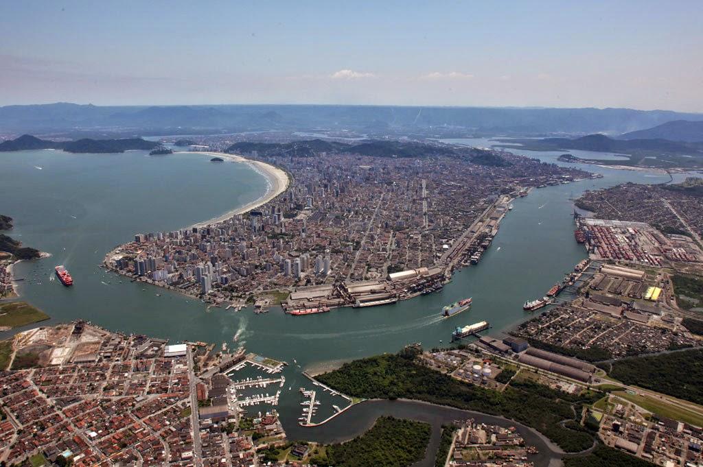 Vista aérea do canal do Porto de Santos, o mais movimentado da América Latina.