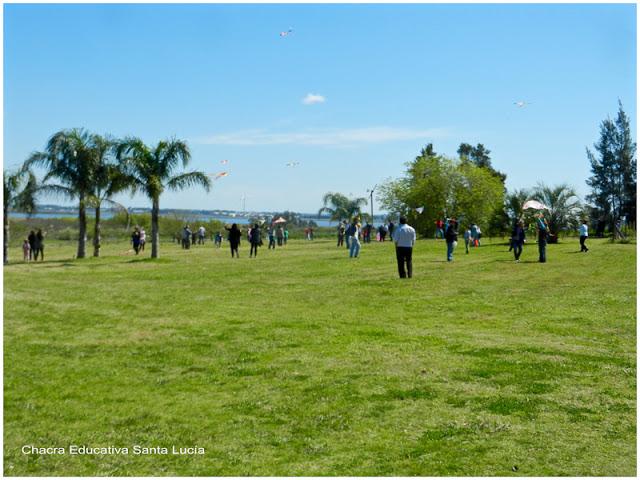 Remontando cometas en familia - Chacra Educativa Santa Lucía