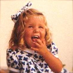 Niña rubia de 4 años con un lazo
