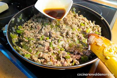 Echando el Pedro Ximenez a la sartén con el resto de ingredientes