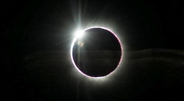Gerhana Matahari total sebagai bagian dari gerhana Matahari hibrid pada Minggu (3/11/2013), diabadikan dari wilayah Atlantik.