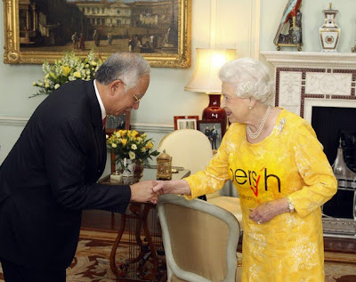 Queen Elizabeth in Yellow BERSIH T-shir meets Najib