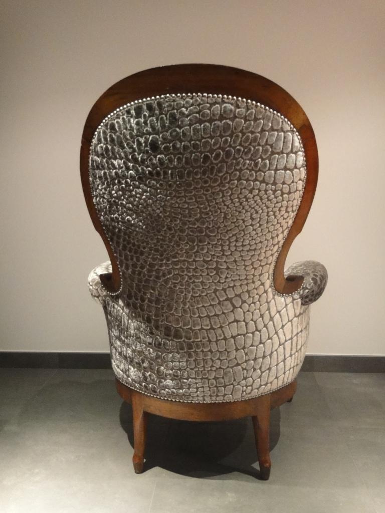 Tapisserie ameublement et restauration mobilier le fauteuil crapaud qui se p - Fauteuil crapaud velours taupe ...