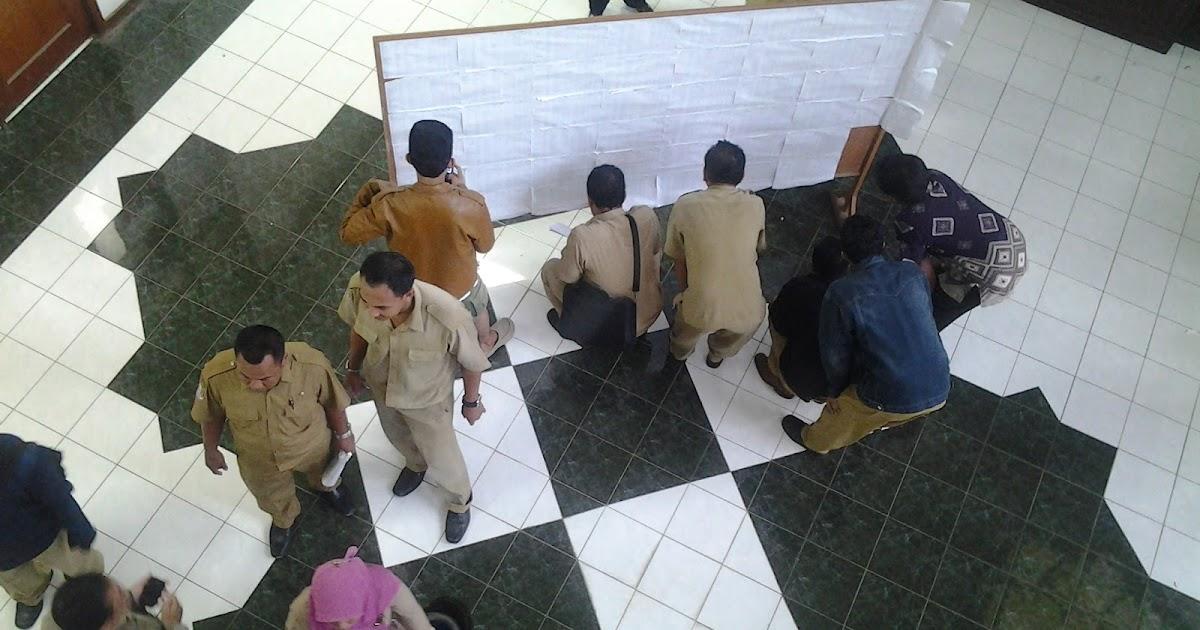 Hasil gambar untuk guru sedang melihat pengumuman