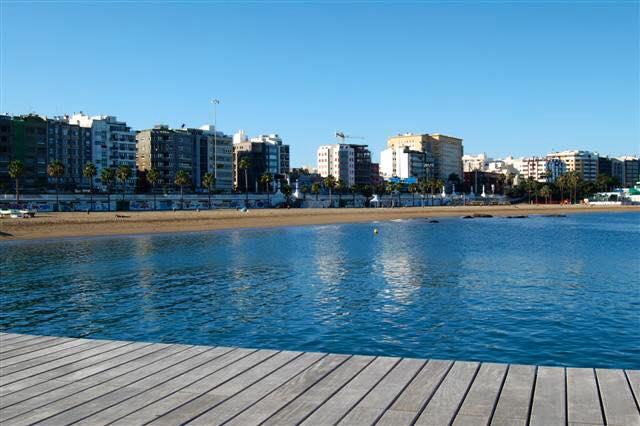 Por restos de combustible, el Ayuntamiento de Las Palmas de Gran Canaria desaconseja bañarse en la playa de Las Alcaravaneras