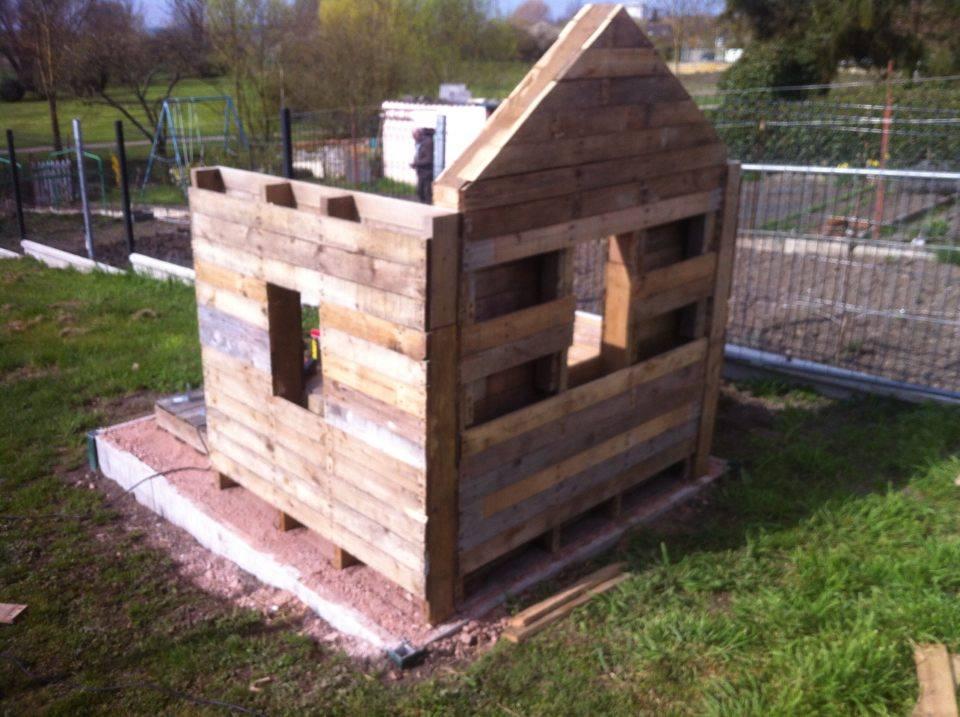 Construire une cabane de jardin avec des palettes maison for Construire une table de jardin avec des palettes