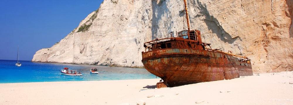 ръждясал разбит кораб на плаж в Гърция