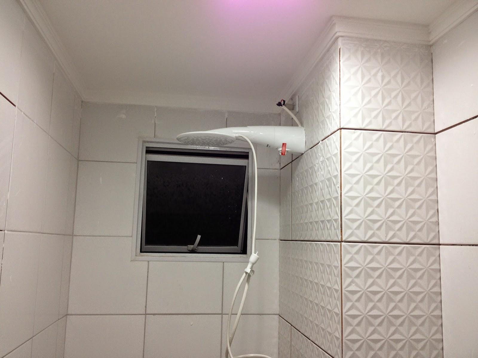 marco inicial da reforma foi preencher as paredes do banheiro  #91403A 1600 1200