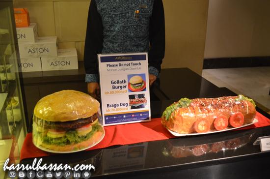 Goliath Burger vs Braga Dog