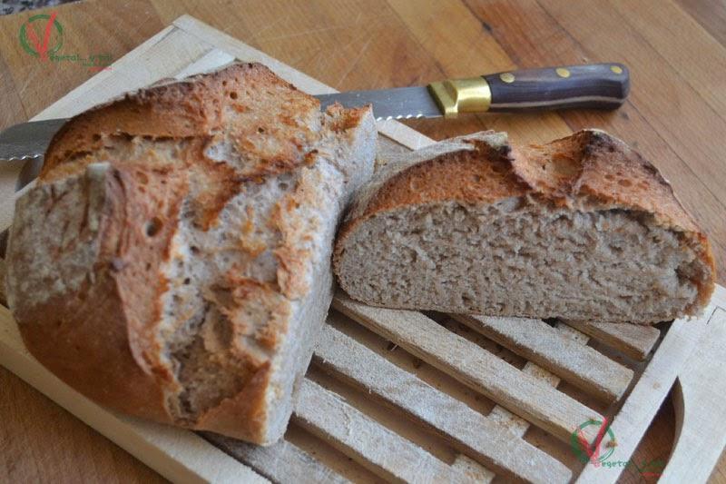 Pan al vino tinto, cortado.