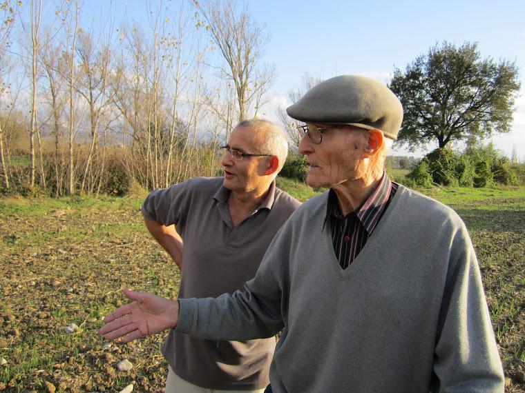 En Joan del Gelec de Tona i en Josep Criviller enraonant. Festa de la Sembra 2011