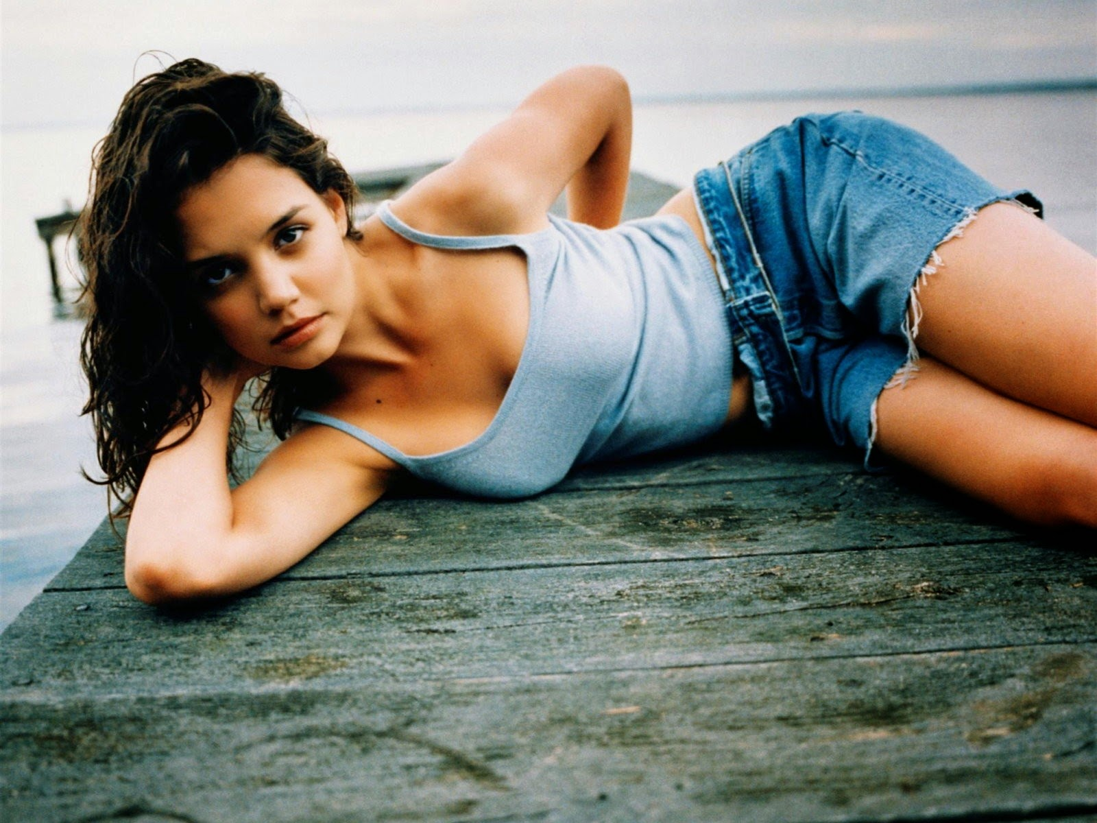 Katie Holmes American Hollywood Actress Sexy Scurt HD Wallpaper