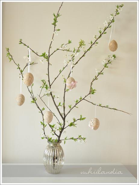 dekoracje wielkanoc - pisanki vintage wiszące na gałązce; wazon szlany posrebrzany
