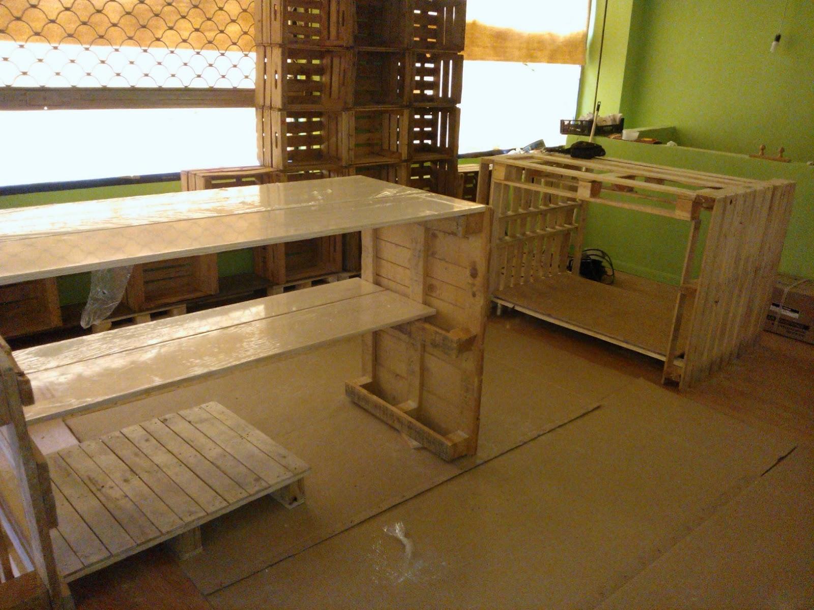tienda ecolgica amueblada con palets de madera y cajas de fruta