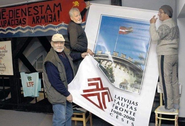 Cēsu LTF nodaļas 20.gadadienas lielo plakātu, kurš rotāja svinību skatuvi, Valdis Atāls (no labās),