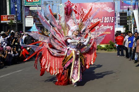 Foto Carnaval Batik Mega Mendung Kab Cirebon di Jember Fashion Carnaval 2015