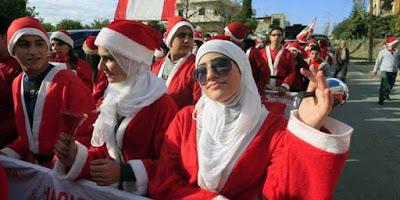 Hukum Karyawan Muslim Memakai Topi Natal