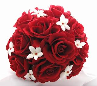 Ramo de rosas con flores blancas