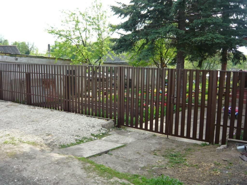 Штакетник металлический двусторонний коричневый с воротами Фото 2