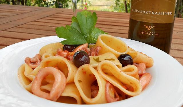 calamarata con polipetti calamari e olive nere