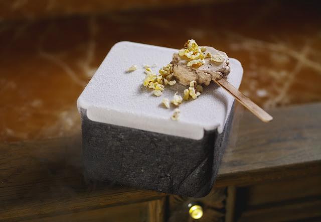 Авторское блюдо Александра Мухина Кофейное мороженое с крамблом из соленой кукурузы