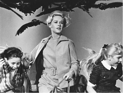 Escena de la película Los pájaros de Alfred Hitchcock