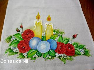pano de copa com velas de Natal e rosas