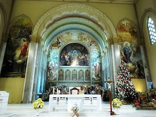 Altar da Igreja São Pelegrino, em Caxias do Sul. Pinturas religiosas nas laterais e ao fundo.