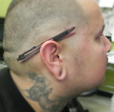 Tatuaje de lapicera detrás de la oreja