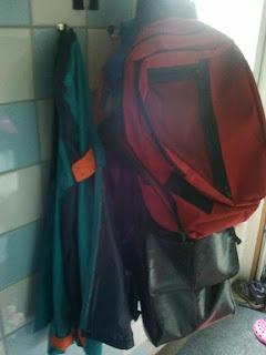 onze haakjes hangen vol met jassen en tassen