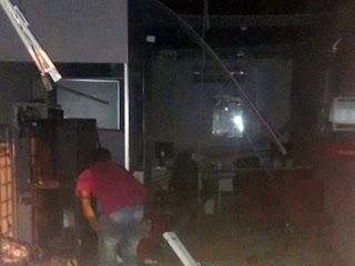 Após explodir banco, grupo atira em viatura da PM na PB e abandona carro incendiado