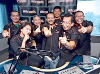 ROSTAM (tengah) bersama para penyampai Sinar FM