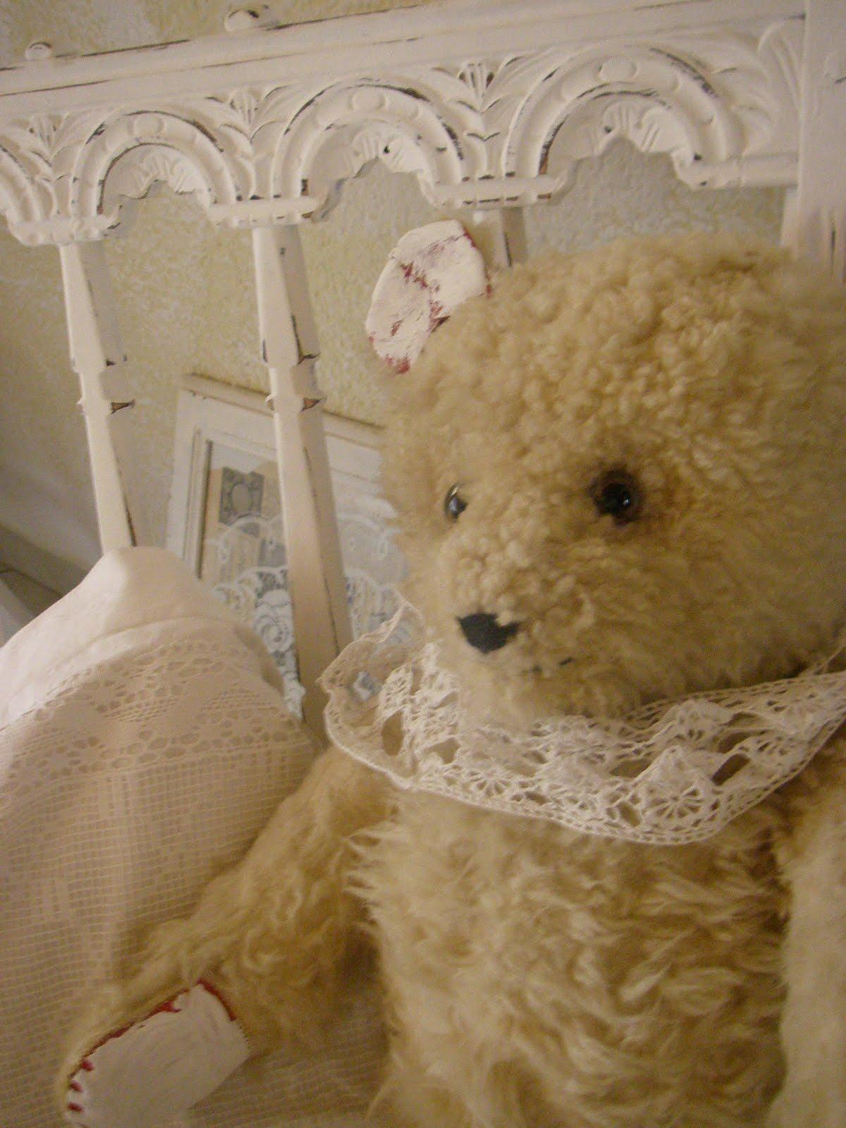flohmarkt impressionen alter teddy und shabby thron. Black Bedroom Furniture Sets. Home Design Ideas