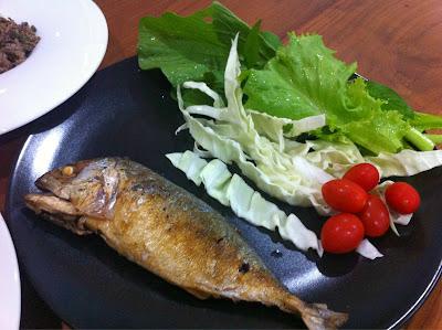 ทอดปลาทูกับผักสด