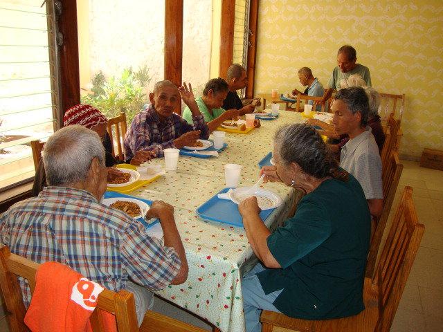 Metropolitanos visitan asilo de ancianos hilos de plata for Asilos para ancianos